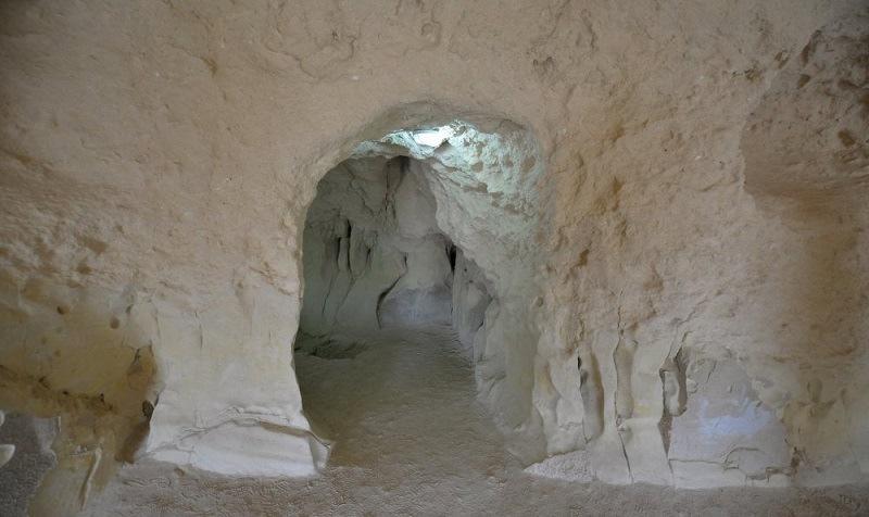 قدمت غار خربس