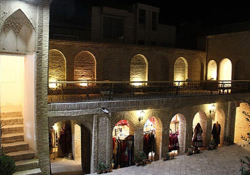 حسینیه جاجرمی ها حدود ششصد متر زیربنا دارد,حسینیه جاجرمی های بجنورد دارای دوطبقه می باشد,درون حسینیه جاجرمی ها در بجنورد به آفرینش صنایع دستی مبدل شده است