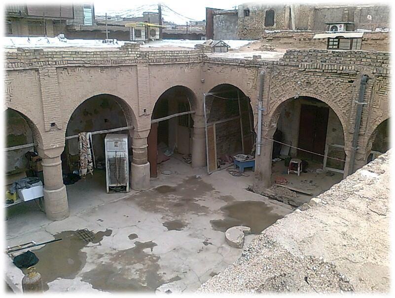 بنای تاریخی عجم اهواز از طرف مالکش چندین بار مورد تعرض قرار گرفته,سرانجام تخریب سرای عجم انجام شد,سراي عجم اهواز از نوع حیاط مرکزی است