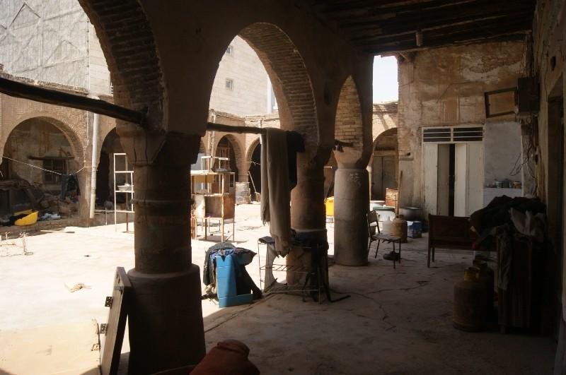 سراي عجم دارای دیوارهای قطور می باشد,سرای عجم در اهواز یکی از بازارهای قدیمی این شهر محسوب می شود,سرای عجم در دوره قاجاریه بنا شده است