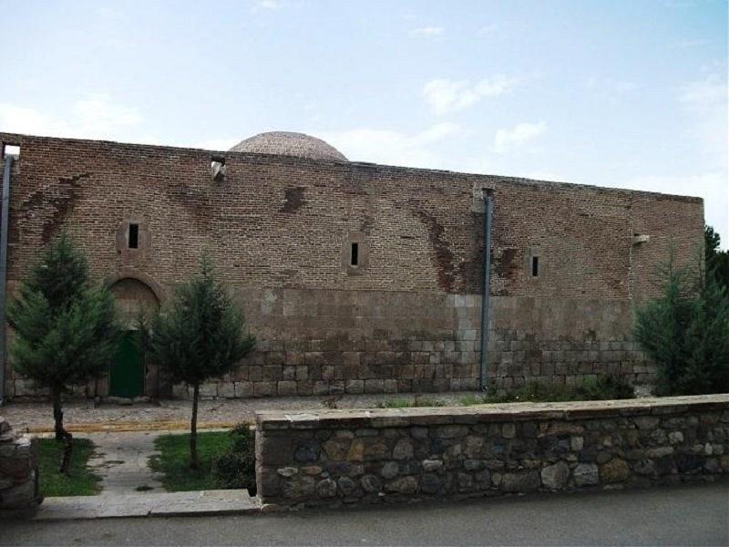 کلیسای سورپ سرکیس در آذربایجان غربی,کلیسای سورپ سرکیس در خوی روی سردر و دیوارهای داخلی آن نقش برجسته هایی از طرح صلیبی دارند